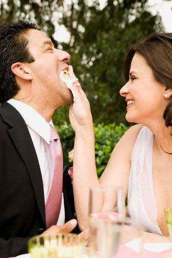 Sizinle evlenecek mi?  Erkek arkadaşınız ve siz dünya üzerindeki en ideal çift olabilirsiniz ancak bu onun size evlenme teklifinde bulunması için yeterli olmayabilir.   Psikolog Alon Gratch evlenme teklifi almanızı sağlayacak ipucunu açıklıyor.  Kadınlar, bir erkeğin uygun birini, yani 'o' kişiyi, bulduğu anda evlenme teklif edeceğini düşünürler. Ancak, If Men Could Talk (Erkekler Konuşabilse) isimli kitabın yazarı ve psikolog Alon Gratch'e göre, bu durum erkeği evlenme teklif etmeye teşvik etmeye yeterli değildir. Peki ya evlenmeyi  istemesi için gereken nedir?